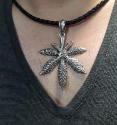 медальон със марихуана 001